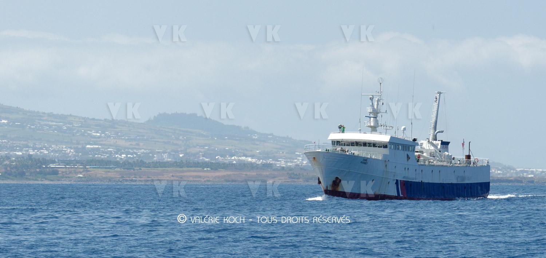 L'Osiris au secours de deux skippers © Valerie Koch - Tous droits réservés