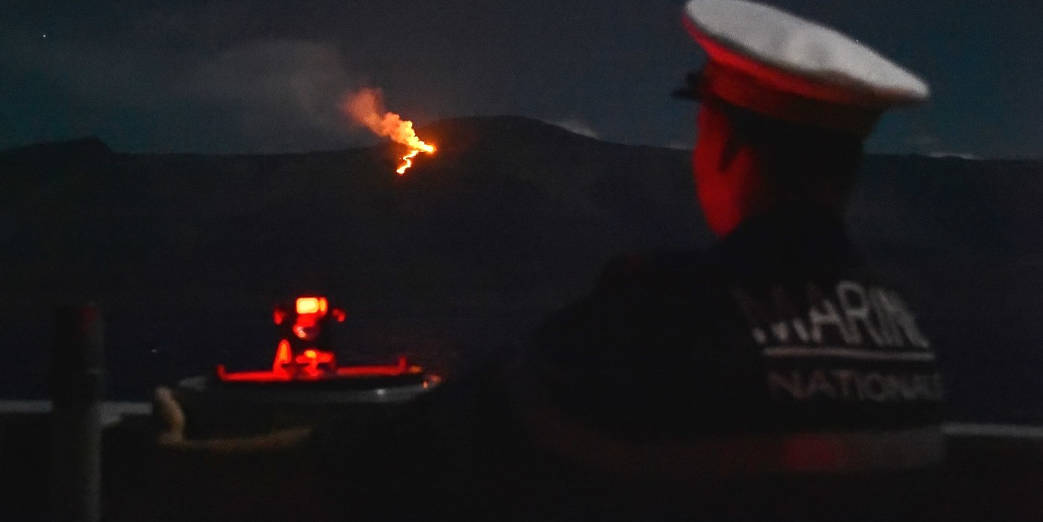 Le Champlain croise au large du volcan © EV1 Pierre-Yves / Marine Nationale