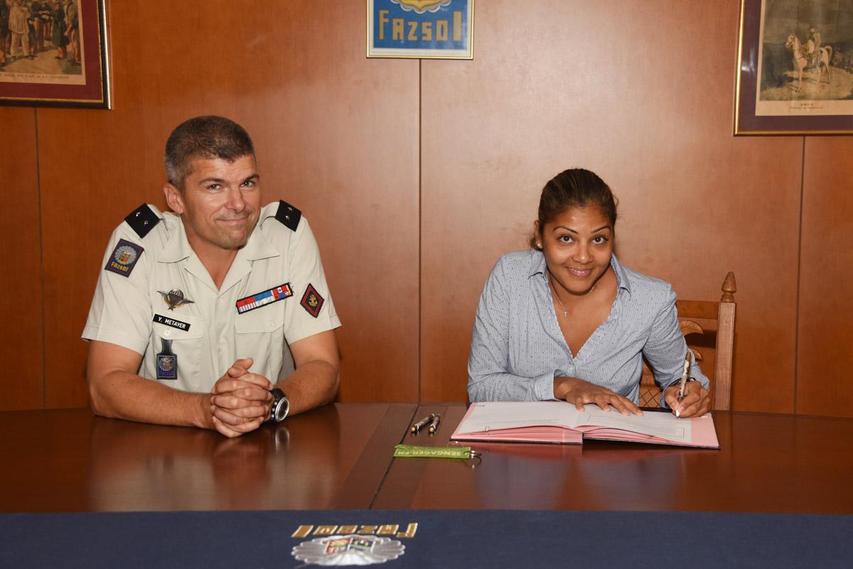 Une infirmière Réunionnaise signe pour l'armée de Terre © ADJ Audrey / FAZSOI