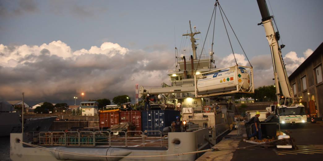 Le Champlain achemine du fret médical à Mayotte © ADJ Audrey/FAZSOI