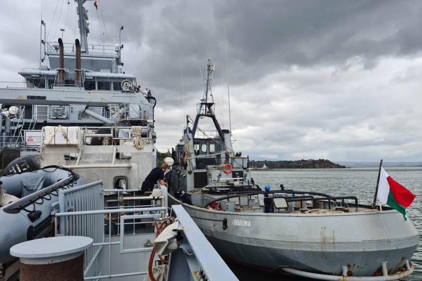 Le Champlain ravitaille le Trozona © Marine nationale