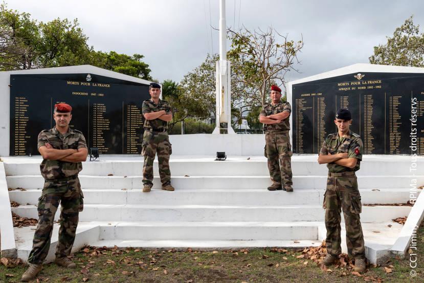 4 militaires portent secours à une victime de chute © CC1 Jimmy / 2e RPIMa - Tous droits réservés
